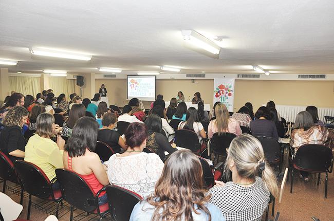 Imagem de auditório cheio: agentes fiscais e conselheiras e conselheiros dos CRESS debatem a Política de Fiscalização
