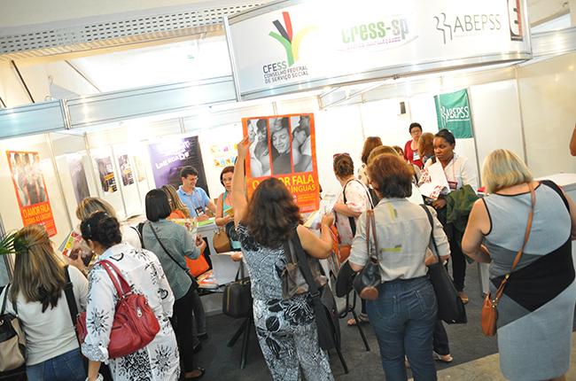 Público recebeu cartazes e publicações das entidades organizadoras (foto: Rafael Werkema)