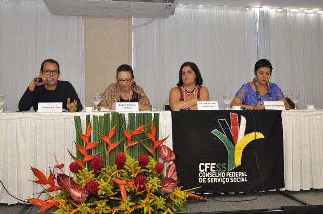 A questão das drogas no Brasil trouxe o antropólogo Sérgio Vidal e a professora da UFF Cristina Brites (foto: Diogo Adjuto)