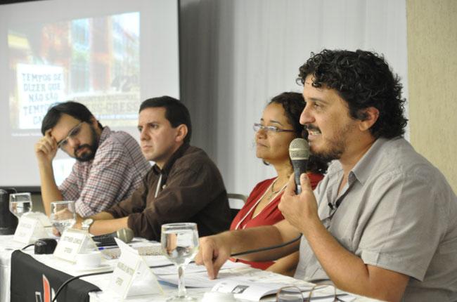 Conferência debateu a conjuntura política com o conselheiro do CFESS Maurílio Matos e o professor Rodrigo Castelo (foto: Rafael Werkema)