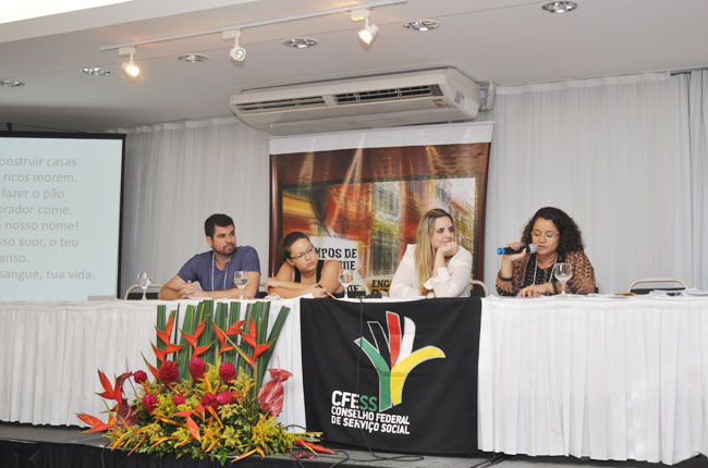 A conselheira do CFESS Esther Lemos encerra as atividades do 42º Encontro Nacional (foto: Rafael Werkema)