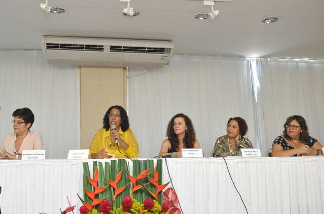 Mesa da tarde reuniu  a jornalista Sandra Machado, a linguista Jonê Baião e a assistente social Kênia Figueiredo (foto: Rafael Werkema)