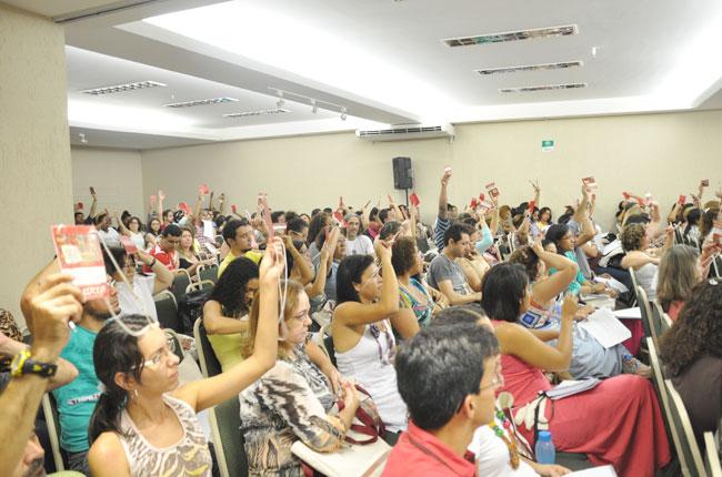 Participantes votam na Plenária Final (foto: Rafael Werkema)