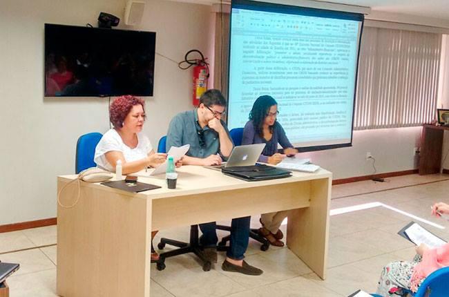 Conselheiras do CFESS Nazarela Rego (esq.) e Sandra Teixeira (dir.), juntamente com o assessor jurídico Vitor Alencar, participaram do debate (foto: CFESS)