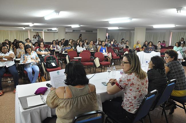 Foto mostra imagem de participantes do Seminário acompanhando as palestras