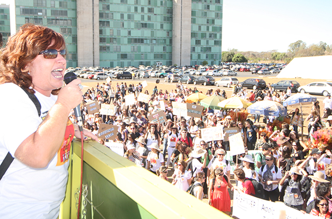 Imagem mostra Ivanete no carro de som, em 2010, discursando para assistentes sociais em frente à Catedral de Brasília.