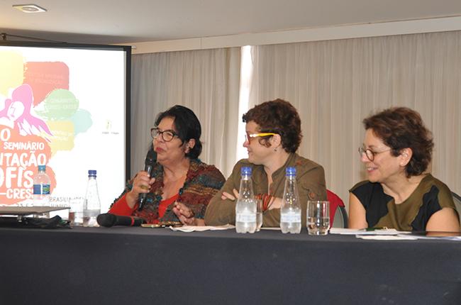 Imagem mostra a assessora jurídica do CFESS Sylvia Terra e as conselheiras Daniela Castilho e Tânia Ramos, em mesa de debates