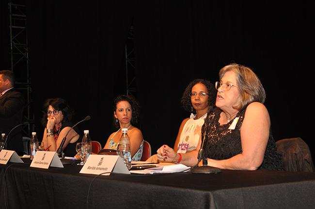 Imagem mostra palestrantes na conferência sobre os 80 do Serviço Social no Brasil.