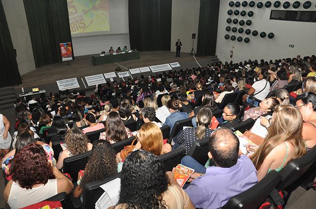 Imagem mostra plenária cheia de pessoas