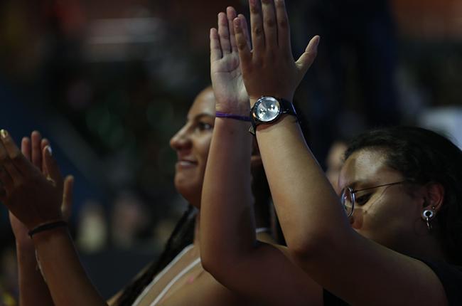 Foto de duas mulheres negras no ginásio aplaudindo