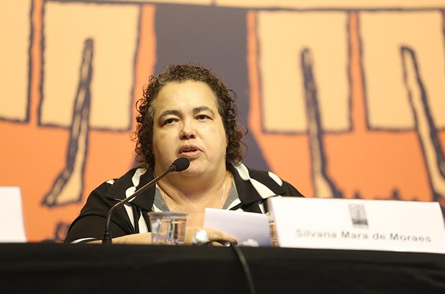 Foto da Silvana Mara falando para o público