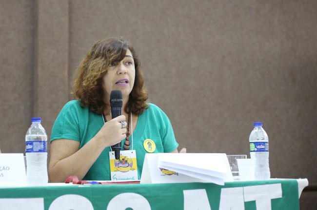 Simone Lessa, assistente social da Uerj, deu início ao debate da mesa (foto: Diogo Adjuto/CFESS)