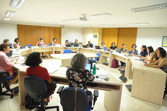 Imagem da comissão especial, ao apresentar o relatório para a gestão do CFESS