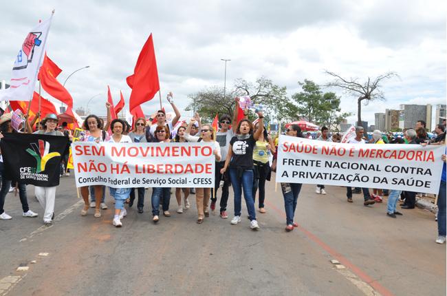 Foto de assistentes sociais e estudantes que marcaram presença na mobilização
