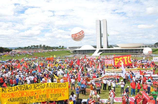 Foto de manifestantes tomando conta de todo o gramado do Congresso Nacional
