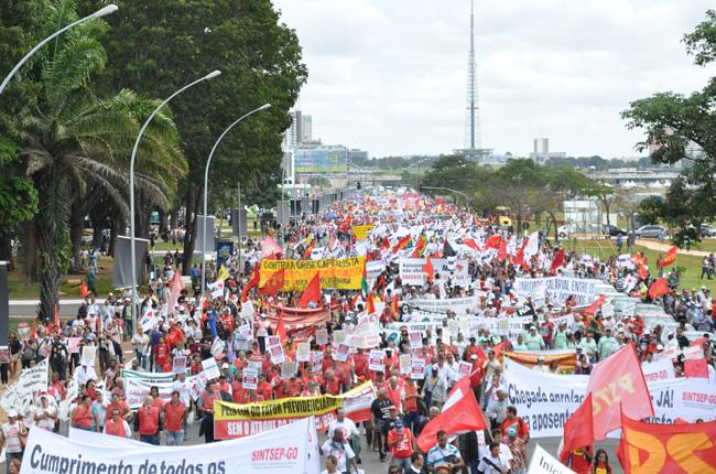 Foto da Esplanada dos Ministérios, em Brasília, tomada por mais de 20 mil pessoas da marcha unificada