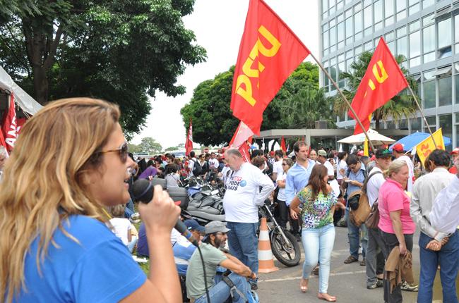 Foto da conselheira do CFESS Juliana Melim durante o ato político em frente ao Ministério da Educação