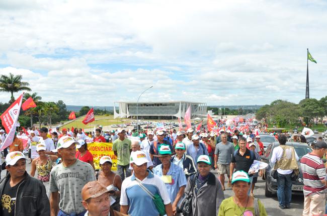 Foto da marcha chegando ao Congresso Nacional