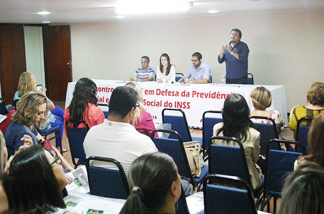 Imagem do conselheiro do CFESS Maurilio Matos na mesa de abertura do evento