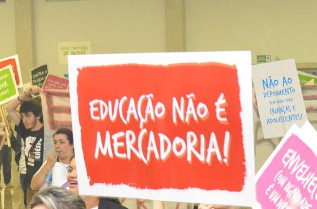 Imagem de um cartaz com os dizeres: educação não é mercadoria