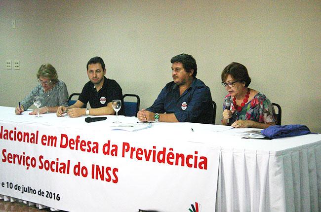 A conselheira do CFESS Raquel Alvarenga lê a nota de desagravo público