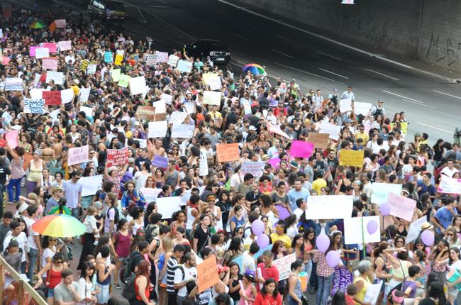 Foto da Marcha das Vadias do Distrito Federal, que reuniu cerca de 3 mil pessoas em Brasília