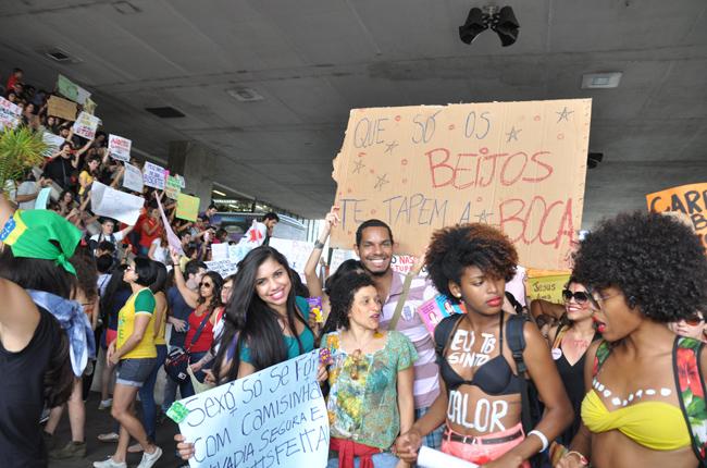 Foto mostra a Marcha descendo as escadas da Rodoviária do Plano Piloto de Brasília. Ao centro, estudantes da UnB e a conselheira do CFESS Marylucia Mesquita
