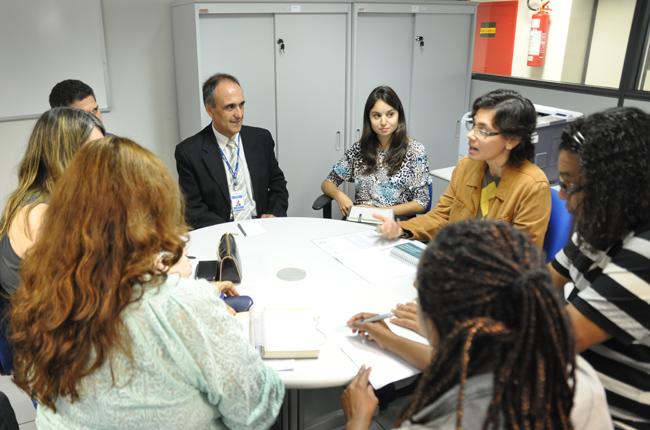 Foto da reunião da Fenasps e do CFESS com o INSS. Ao centro, o diretor de Gestão de Pessoas (DGP), José Nunes