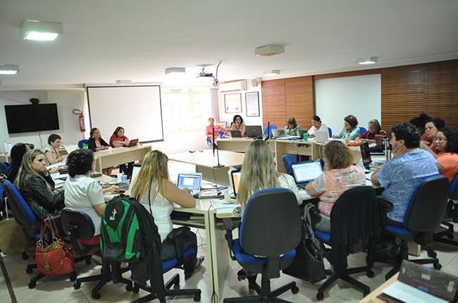 Imagem mostra conselheiras e conselheiros reunidos no CFESS
