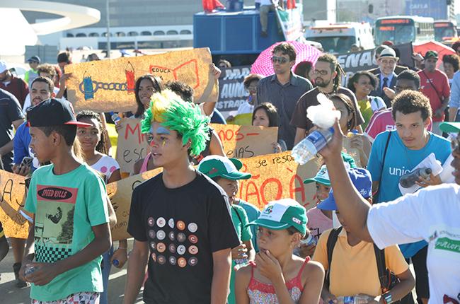 Imagem mostra crianças e adolescentes na marcha contra a redução da maioridade penal