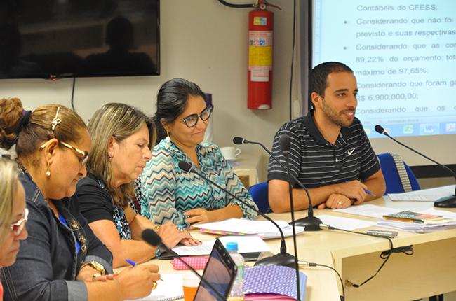 Foto mostra Comissão Especial que aprovou as contas do CFESS de 2014