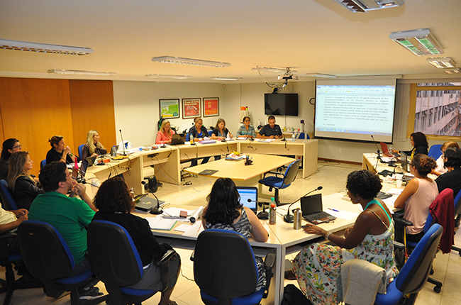 Foto mostra diretoria do CFESS reunida com a Comissão especial, que analisou as contas da entidade