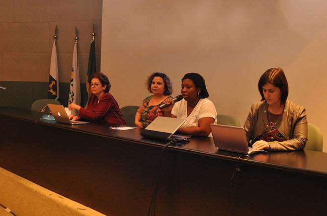 Imagem mostra as conselheiras do CFESS na mesa que resgatou o histórico do debate