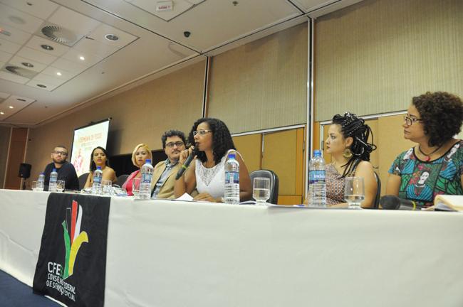 Imagem mostra a nova presidente do CFESS, Josiane Soares, na mesa da cerimônia.