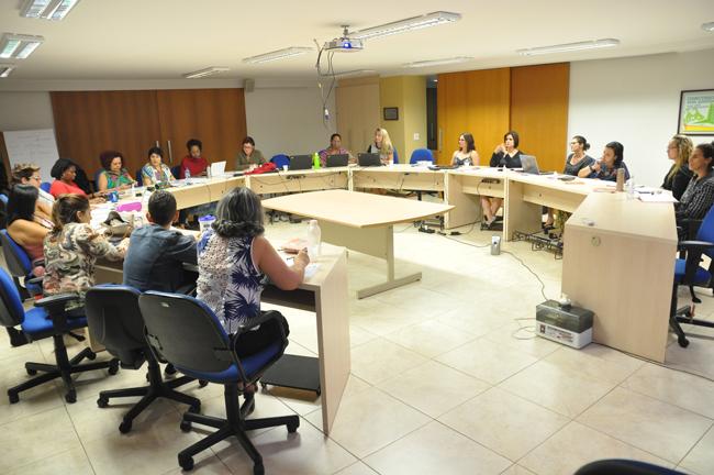 Imagem mostra nova gestão na sala de reuniões do CFESS