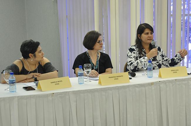 Imagem mostra a assessora jurídica do CFESS Érika Medeiros na mesa de debates
