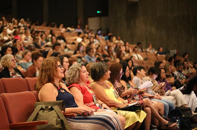 Fotografia de participantes do seminário atentos/as às palestras