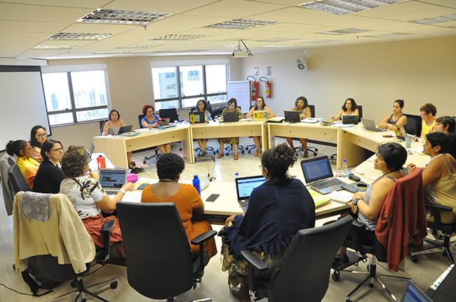 Imagem mostra conselheiras do CFESS reunidas em Plenário durante debate