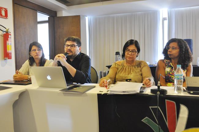 Imagem mostra as assessoras e assessor jurídico do CFESS em palestra