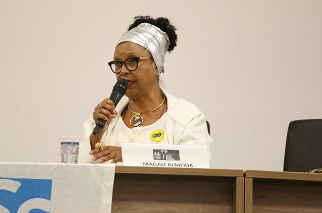 Fotografia da professora Magali de Almeida na mesa de debates