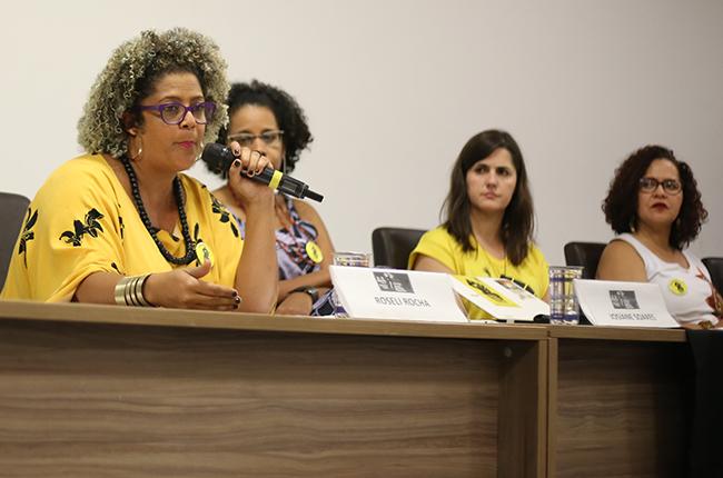 Foto da professora Roseli Rocha falando para o público