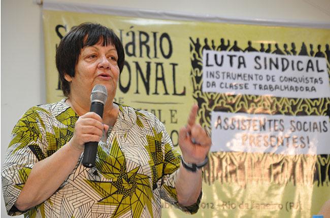 Imagem da professora Bia Abramides durante o Seminário Sindical, realizado em 2012