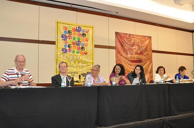 Imagem mostra mesa que reuniu assistentes sociais que tiveram seus direitos violados durante a Ditadura