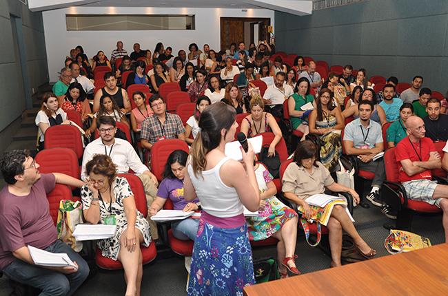 Imagem mostra participantes debatendo propostas nos eixos temáticos