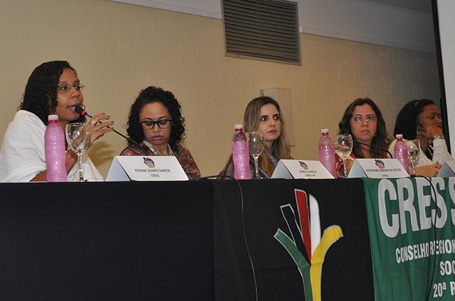Imagem mostra a coordenadora da COFI do CFESS, Josiane Santos, durante fala sobre os instrumentos de fiscalização