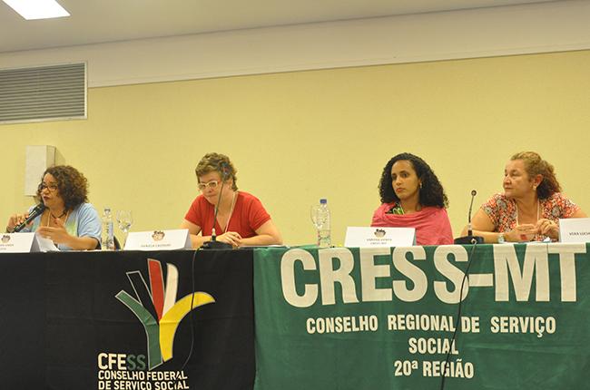 Imagem mostra participantes da mesa de encerramento. Em destaque, a vice-presidenta do CFESS, Esther Lemos