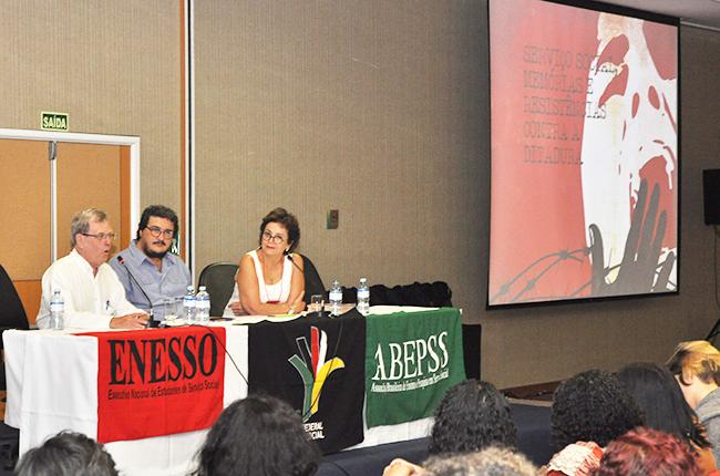 Imagem mostra mesa de lançamento do livro, com a participação de Vicente Faleiros, Maurílio Matos e Tânia Diniz