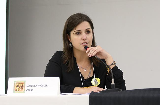 Imagem da conselheira do CFESS Daniela Moller durante a fala.