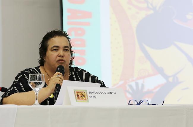 Imagem da professora Silvana Mara dos Santos durante a fala no evento.