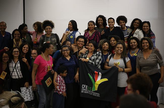 Imagem mostra as algumas mulheres negras participantes do evento reunidas para a fotografia, que registra um momento de alegria e de luta